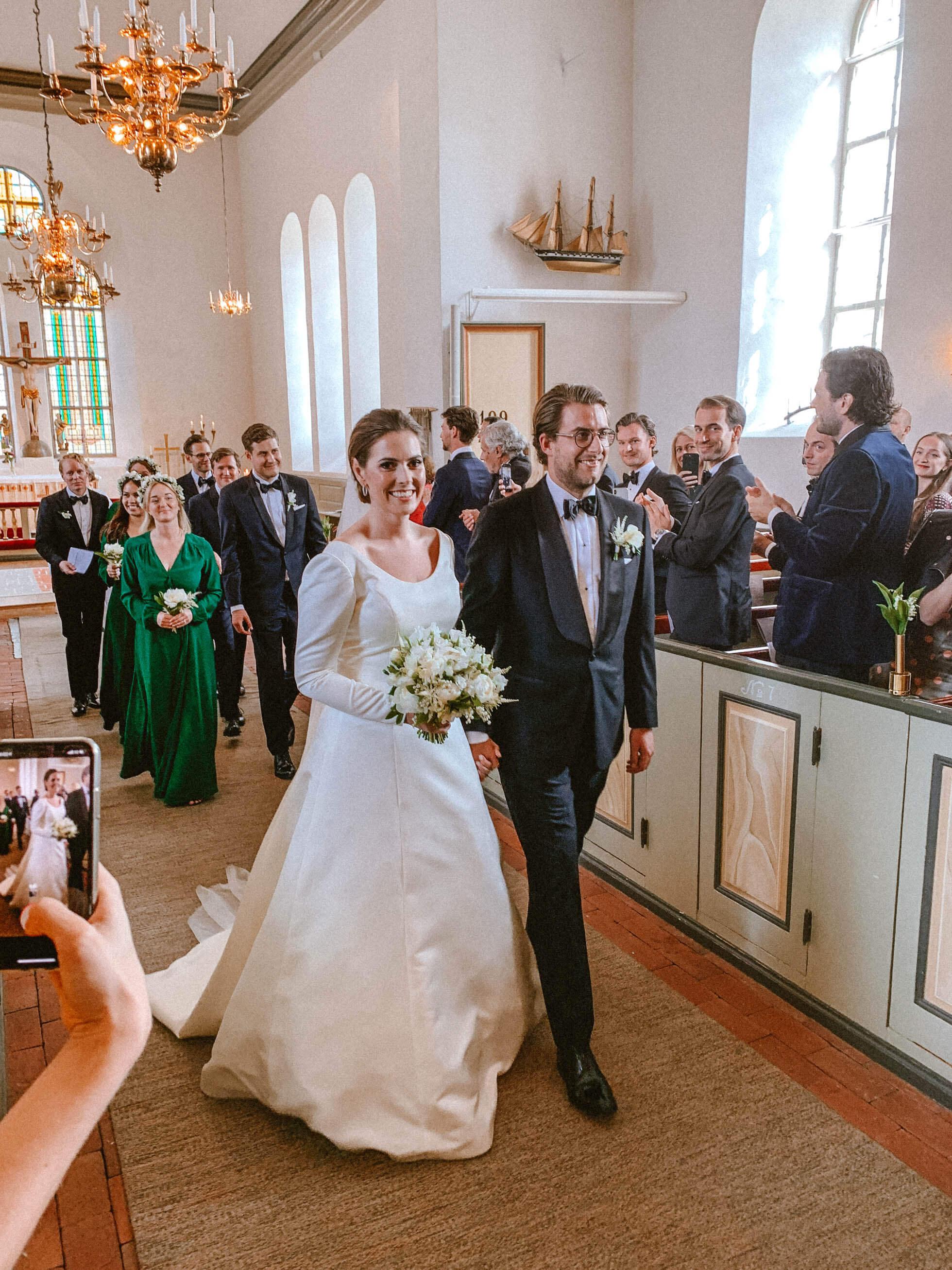 82fee7401d43 Sedan traskade vi några meter till kyrkan. Allt är så nära på Marsstrand,  de är inga distanser, perfekt för bröllop.