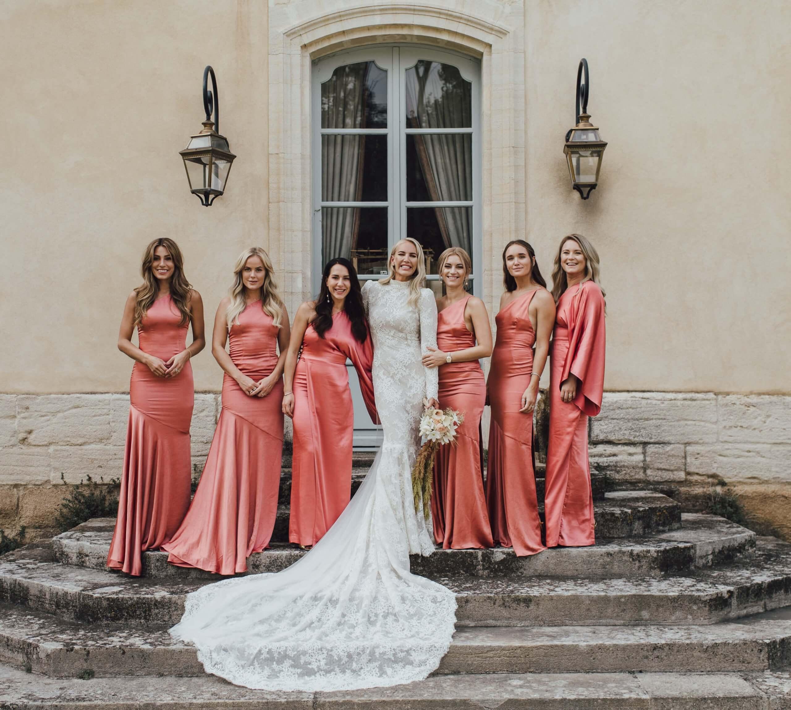 Ska du på bröllop i vår och sommar? De här klänningarna kan